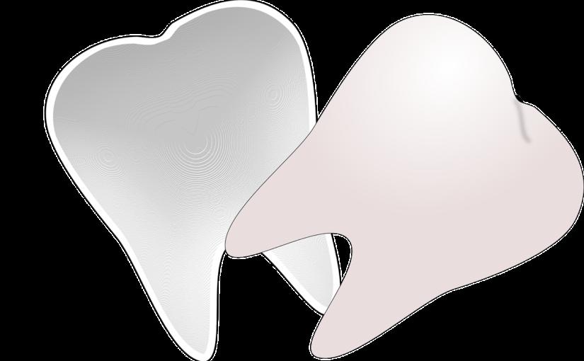 Piękne urodziwe zęby także wspaniały prześliczny uśmieszek to powód do płenego uśmiechu.